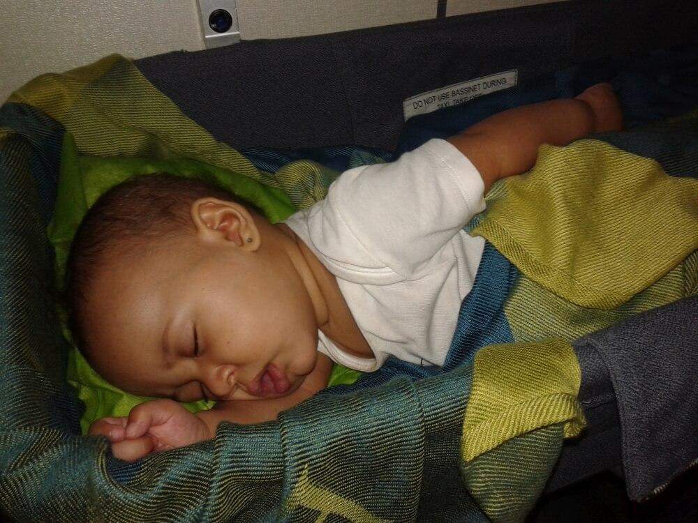 Córka Młodsza w samolotowym łóżeczku.