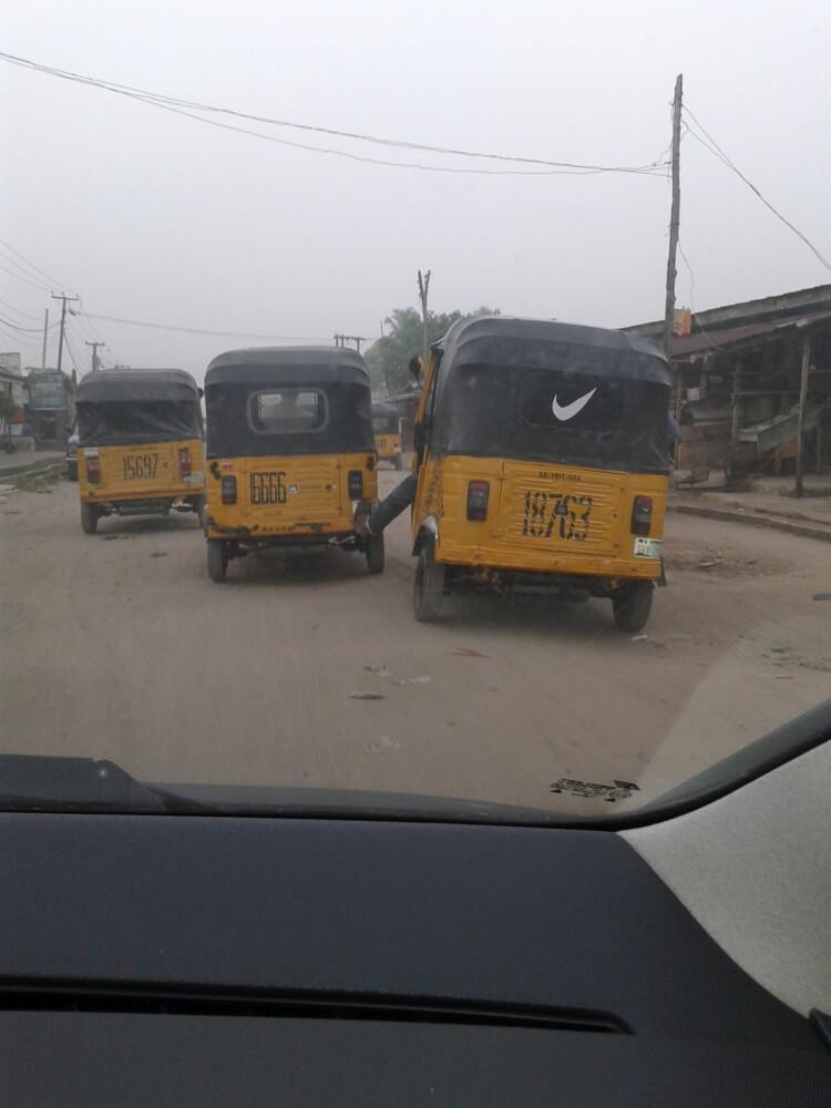 Kierowcy taksówek są bardzo przyjacielscy i pomagają sobie nawzajem. Tu jeden popycha drugiego, żeby szybciej jechał. Nogą popycha...
